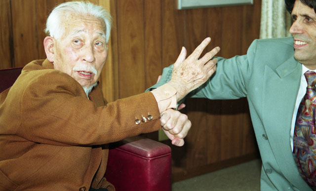 Minoru Hirai, founder of Korindo Aikido, demonstrates a technique on Aikido Journal Editor Stanley Pranin during their interview
